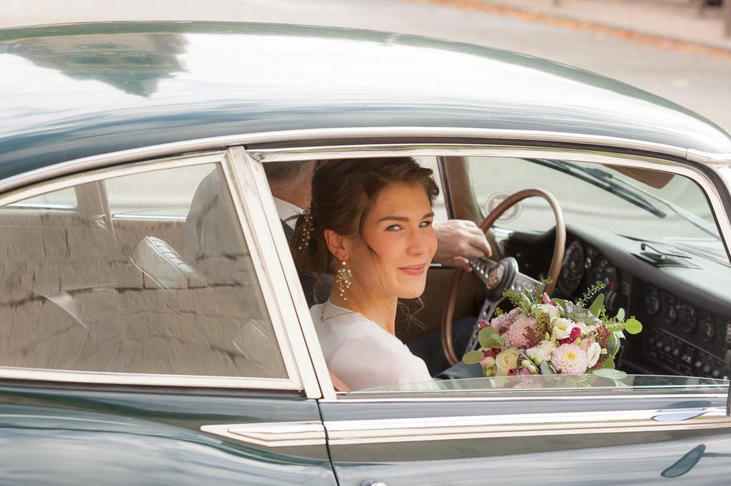 mariée dans la voiture de collection