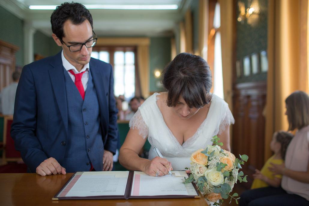 mariée signe le registre