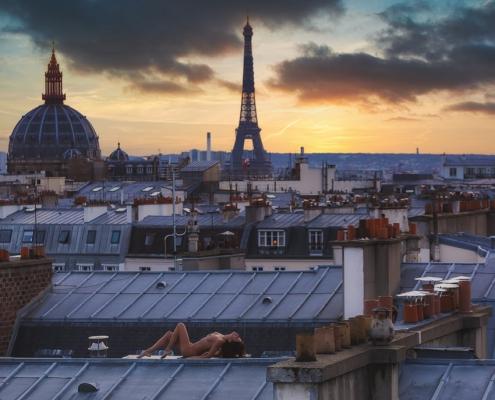 femme nue sur les toits de paris