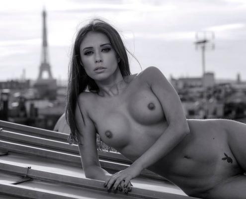 playmate nue sur les toits de paris