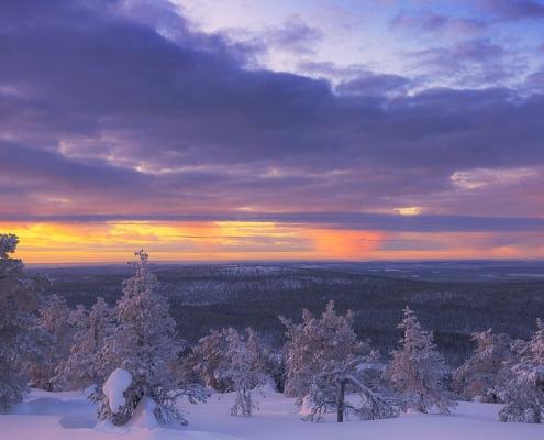 averse de neige en préparation sur levé de soleil