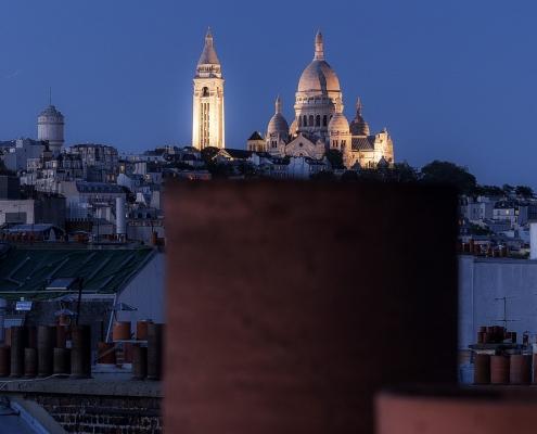 photo montmartre sur une cheminée des toits de paris