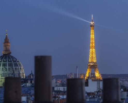 photo tour eiffel sur cheminées des toits de paris