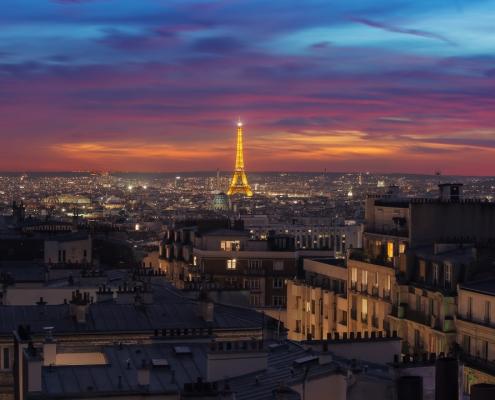 photo ciel ultra coloré mais naturel de la tour eiffel et des toits de paris
