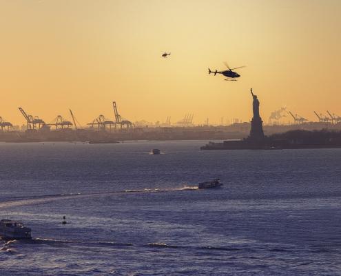 Statue de la liberté et hélicoptère et bateaux