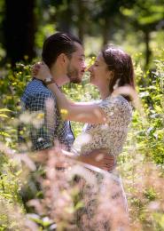 Denia et Joffrey qui s'embrassent dans les hautes herbes