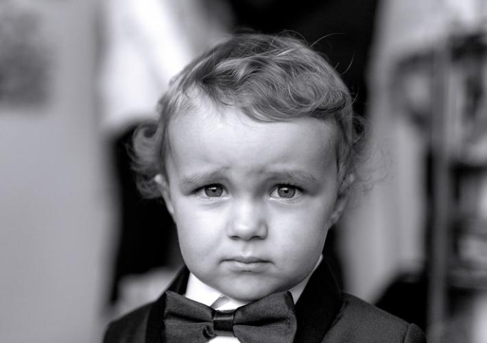 petit garçon avec en fond le papa futur marié qui se prépare