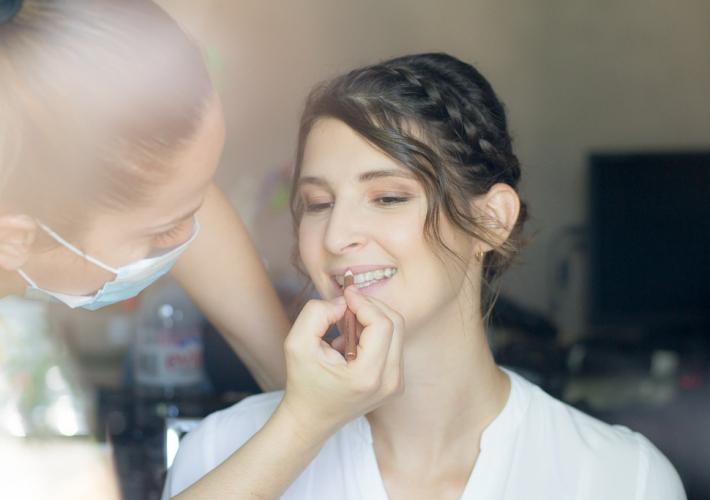 préparation de la mariée avec la maquilleuse