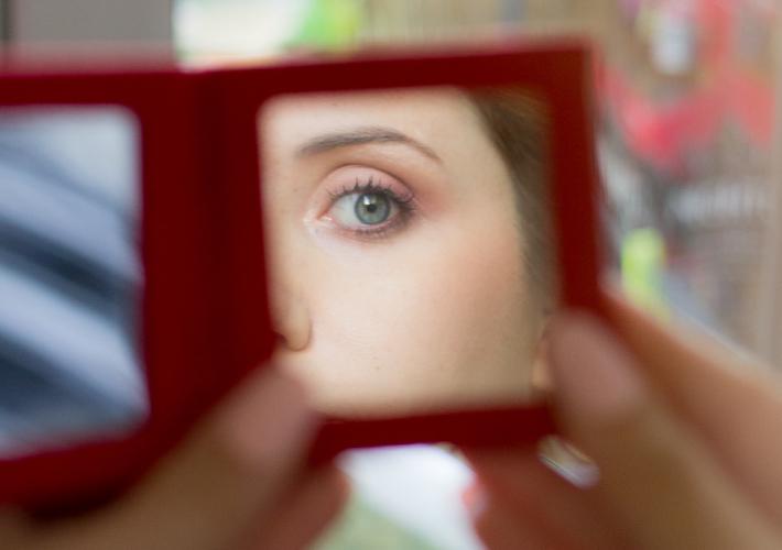 regard de la témoin dans le miroir de poche