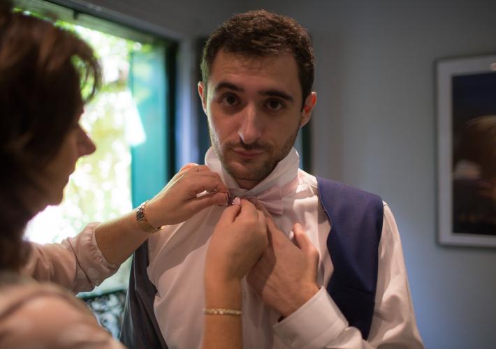 préparation du marié avec sa maman