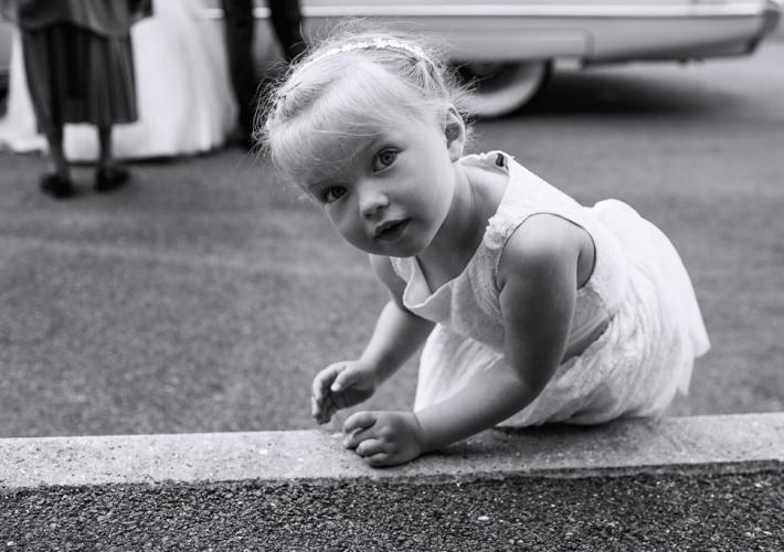 petite fille joue avec des cailloux