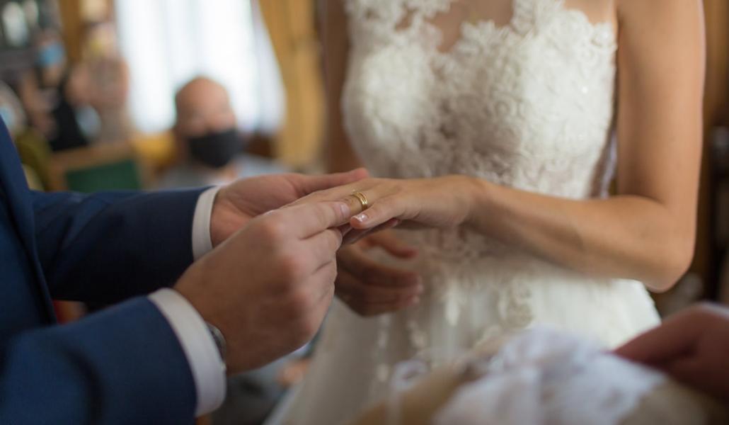 marié qui met la bague au doigt de la mariée