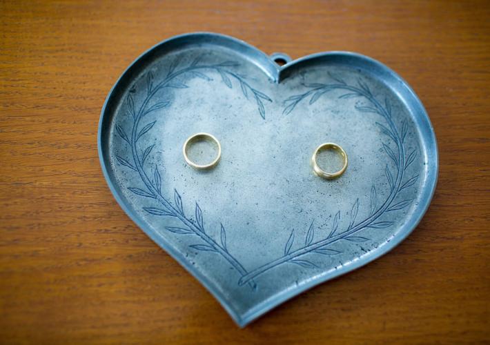les alliances sur un support métallique en forme de coeur