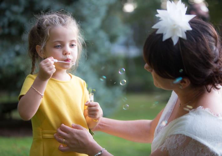 petite fille qui fait des bulles pour impressionner la mariée